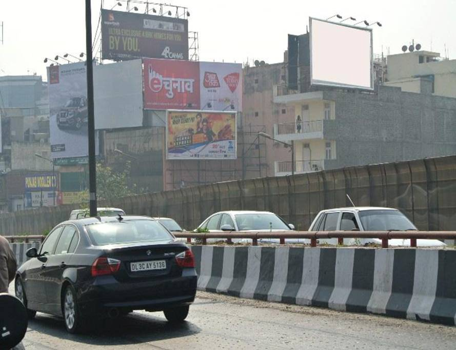 EMI Free Car Hoarding on Munirka Flyover New Delhi